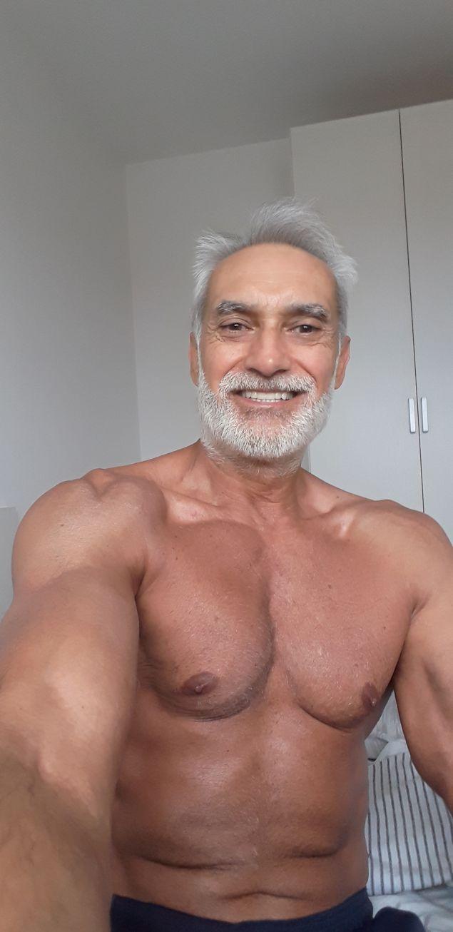 Юлиан Карабиберов на 65 год., след тренировка в отбора на Верона